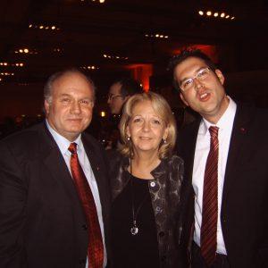 Als erste Gratulanten von Hannelore Kraft zur stellv. Parteivorsitzenden zählten Peter Arnusch (links) und Mark Krippner (rechts)