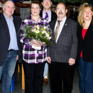 Bedankten sich bei Erika und Horst Eschenbach für die geleistete Arbeit. Ramona Timm-Bergs(rechts) Mark Krippner(mitte)und Peter Arnusch(links)