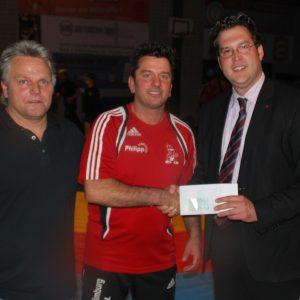 Mark Krippner(rechts)überreichte 300€ im Namen  von Rene Röspel (MdB), Wolfgang Jörg(MdL) und sich selbst an den KSV Trainer.